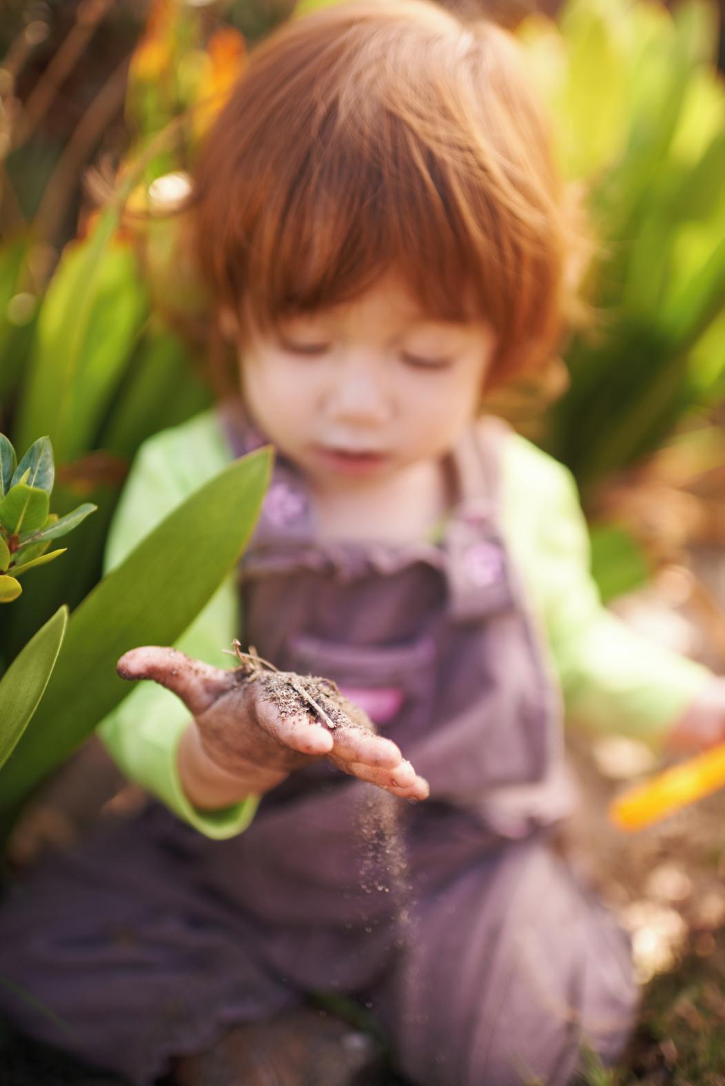 niño jugando en la naturaleza