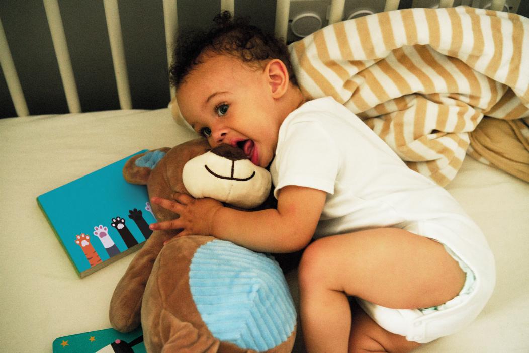 Baby kaut auf einem Spielzeug