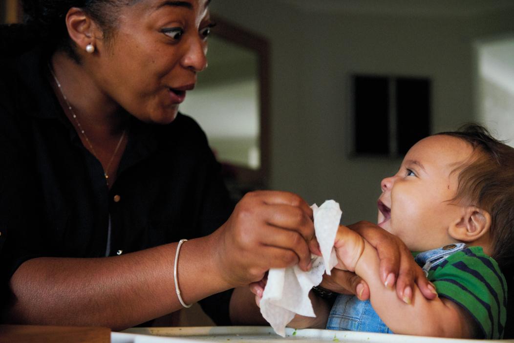 Limpiando las manos del bebé