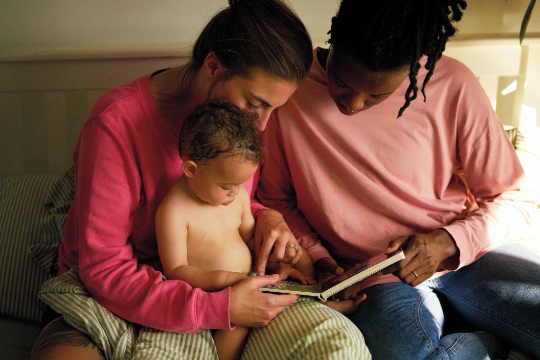 padres leyendo a bebé