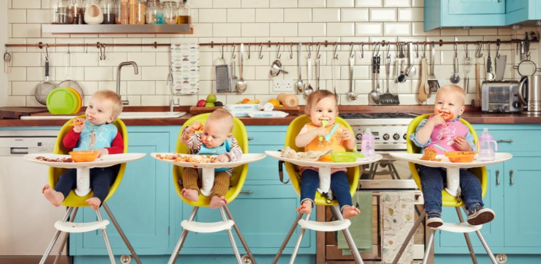 Niños comiendo juntos.