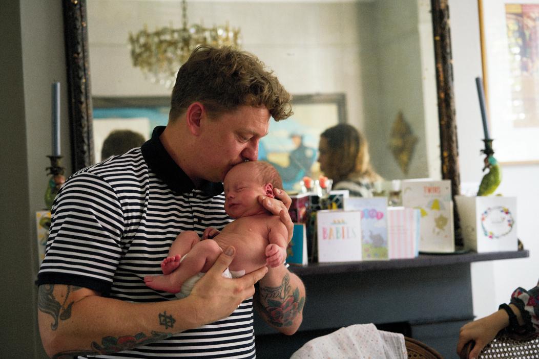 bebé en casa con papá