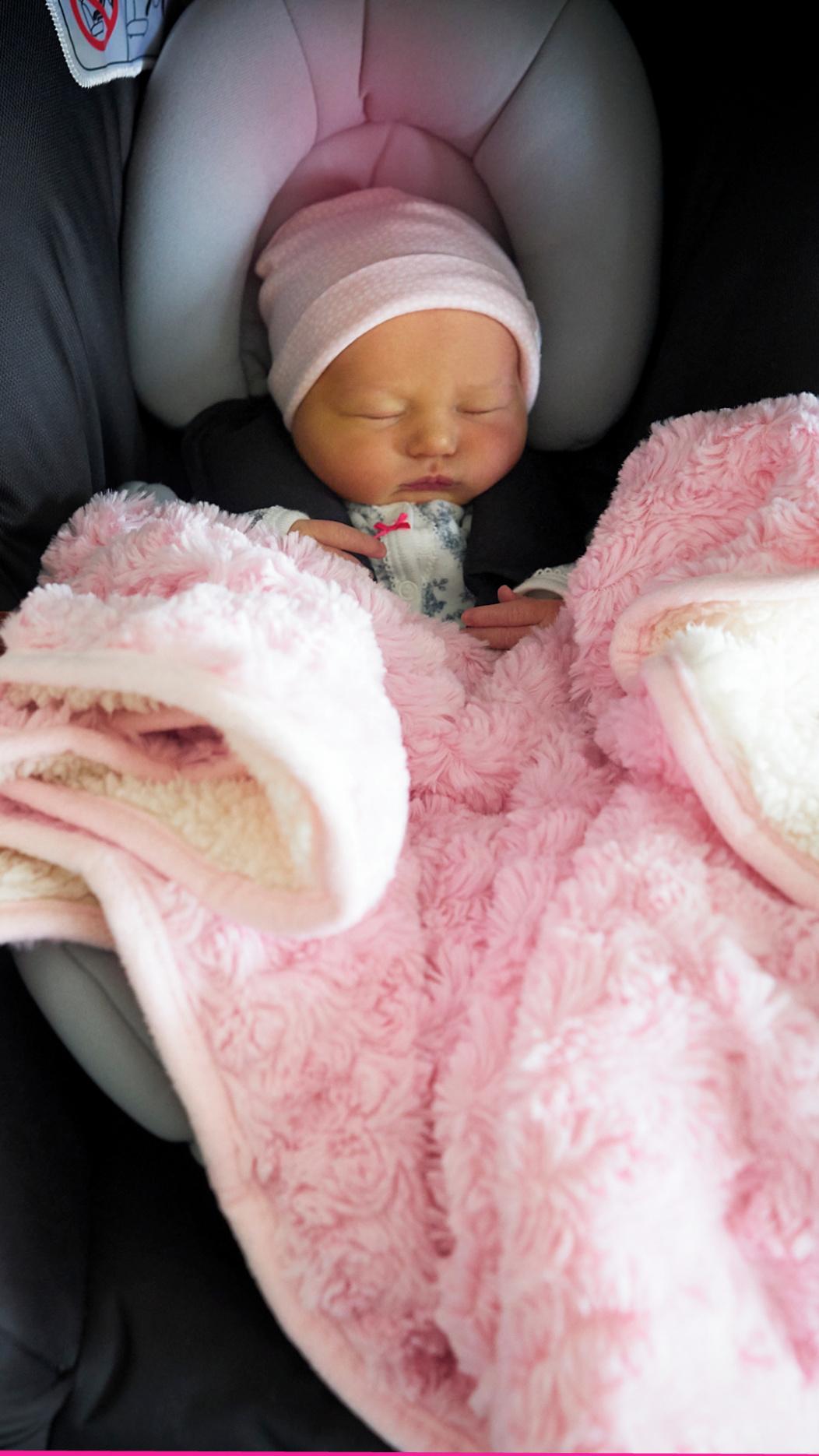 bebé dormida en silla del auto