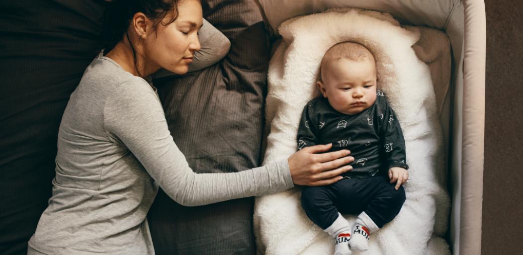 Madre y bebé durmiendo juntos.