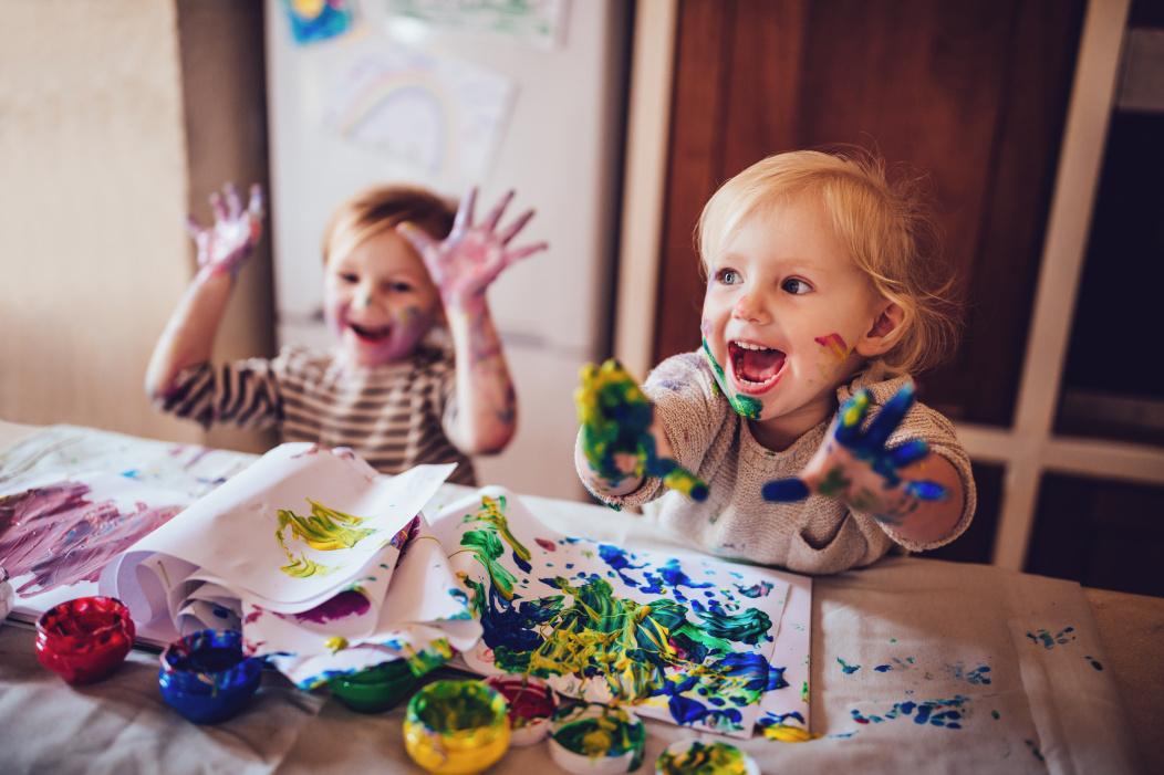 niños jugando con pintura.