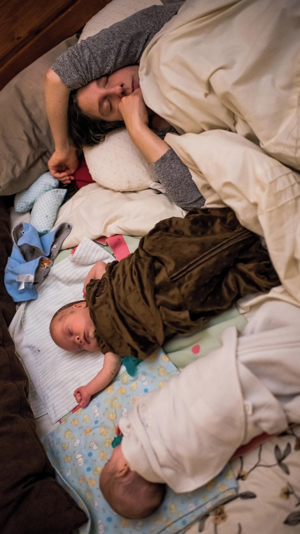 Mamá con bebés dormidos.