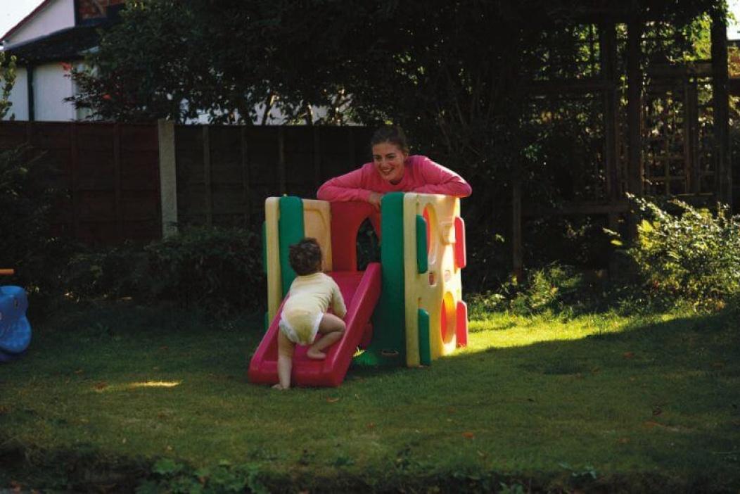 Bambino che gioca sullo scivolo