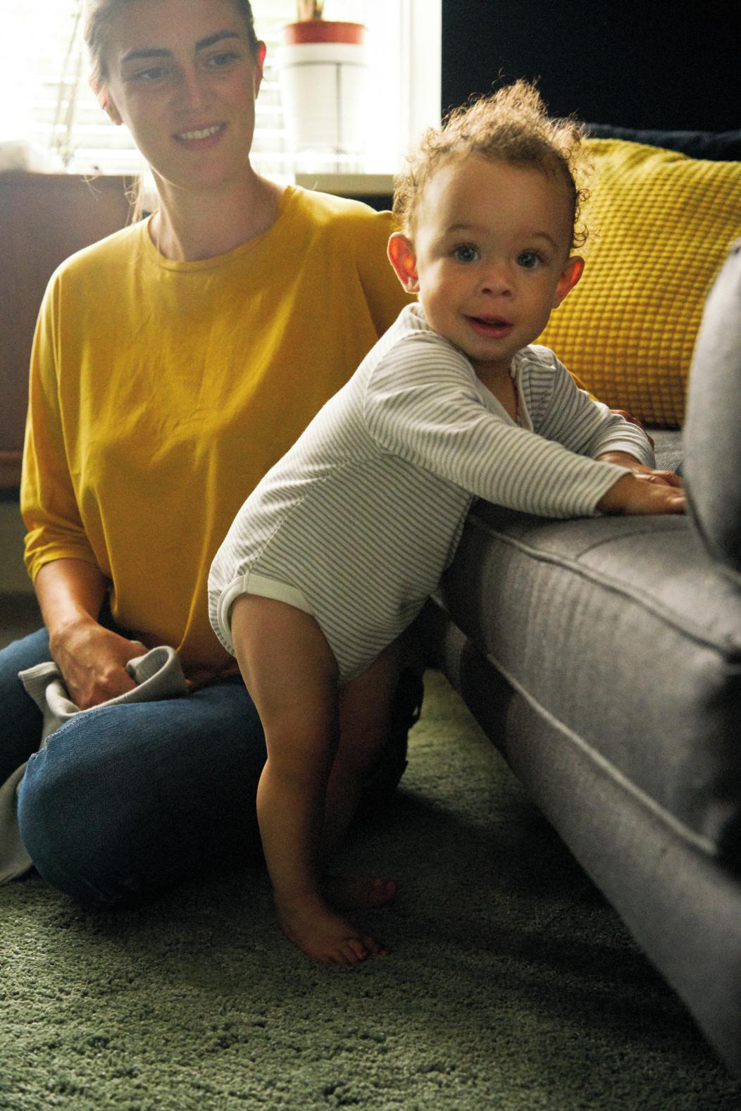 mamá con bebé y sus primeros pasos