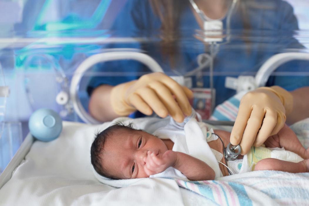 bebé en incubadora.