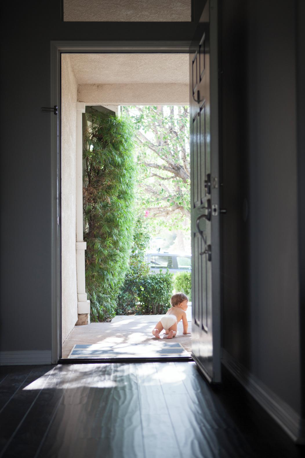 bebé gateando fuera de casa