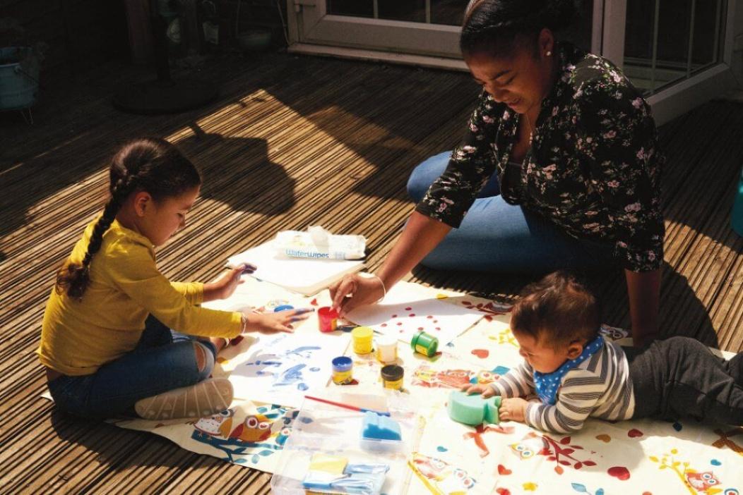 niños pintando con mamá