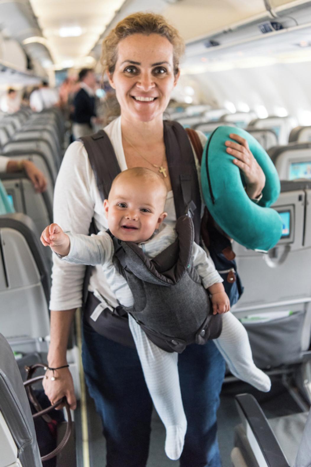 Madre con bebé en avión.
