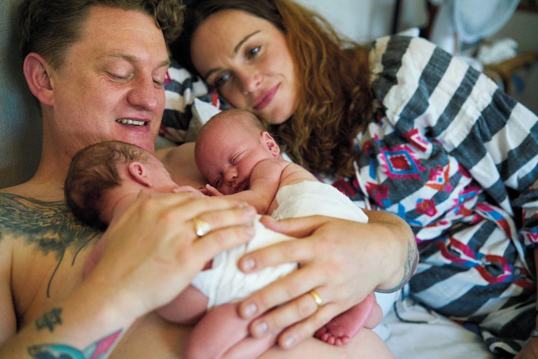Des parents au lit avec bébé