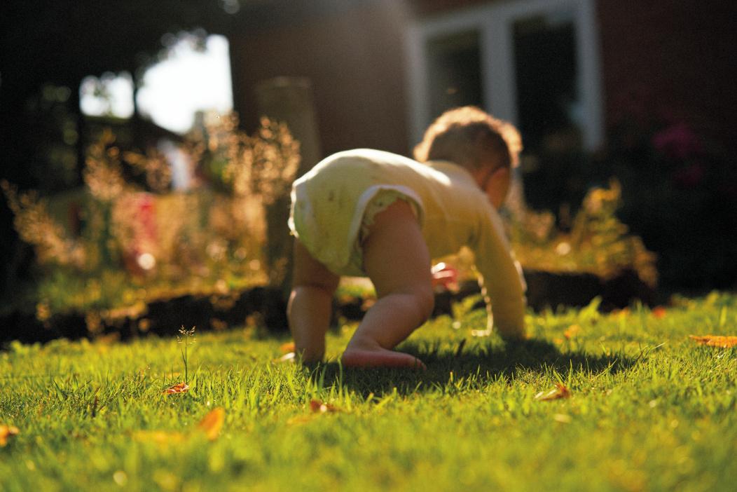 Un bébé jouant dehors