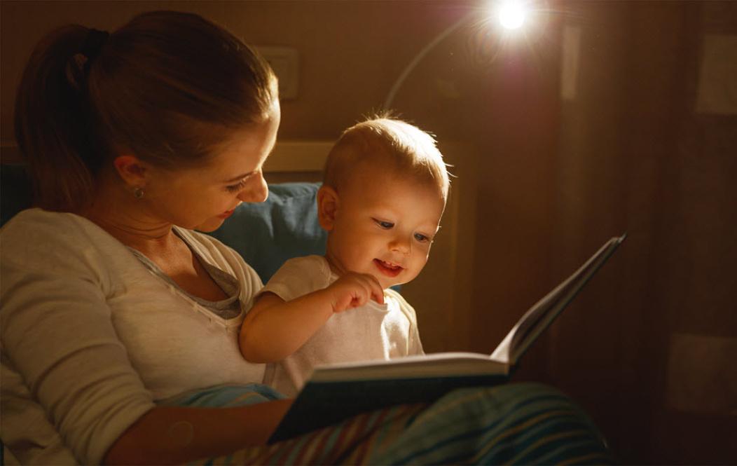 bebé con mamá leyendo