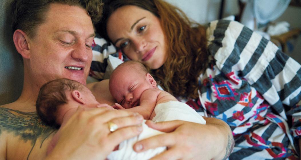 Un père avec ses jumeaux sous les yeux de la mère