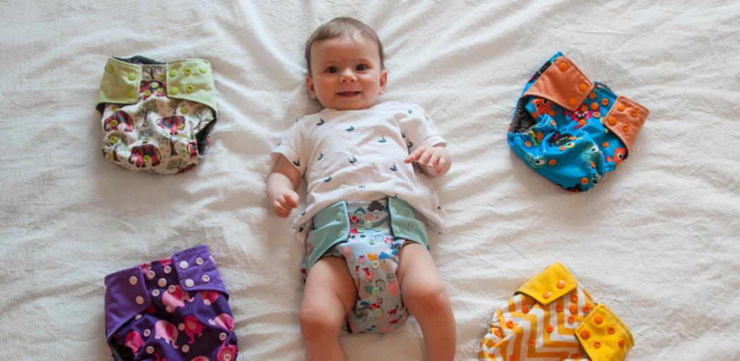 bebé y pañales reutilizables.