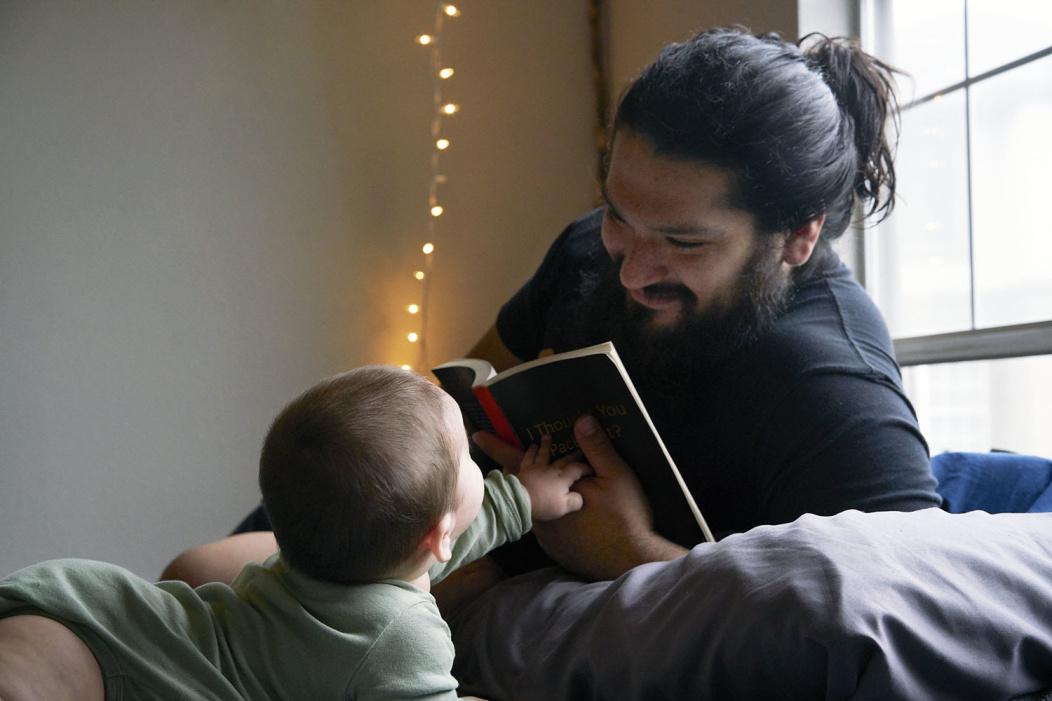 Papá leyendo cuento